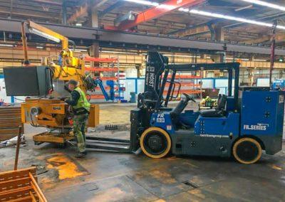SRM Ausräumung Lagerhalle in Oberhausen Arbeiter mit Gabelstapler